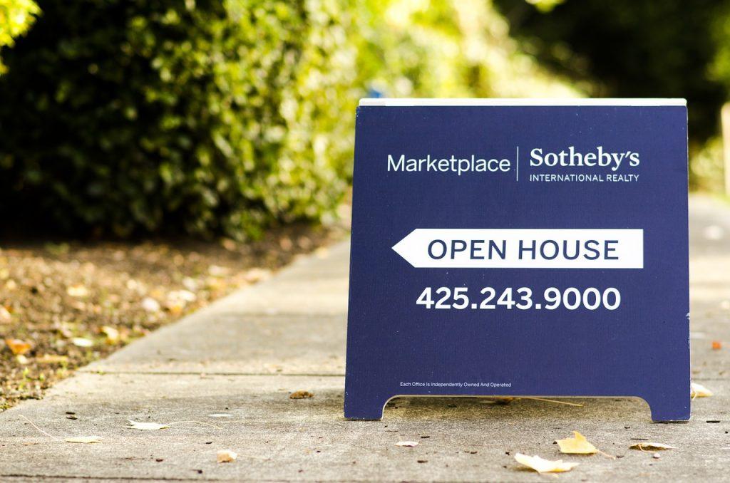 """Muchos propietarios que hoy en día han tomado la decisión de vender, prefieren indicar a las inmobiliarias que no desean colocar el famoso aviso de """"Se vende"""" en frente de propiedad."""