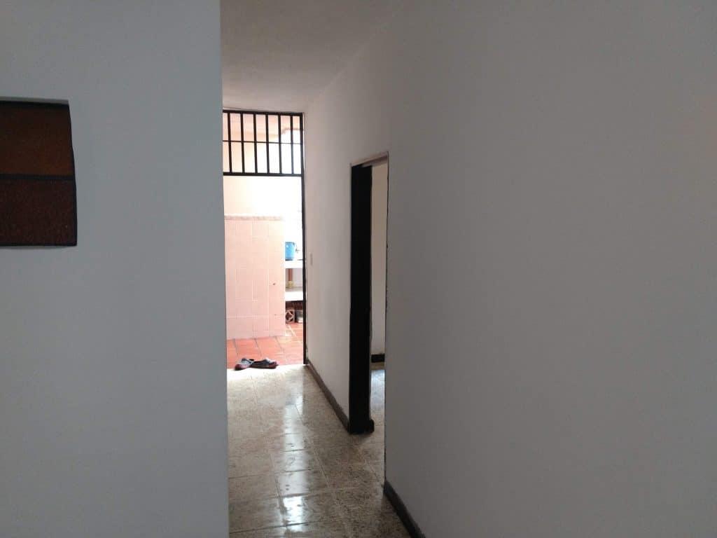 hall del apartamento de los cuartos al patio