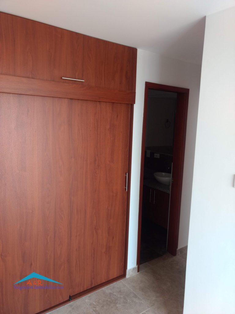 el apartamento se encuentra con closet