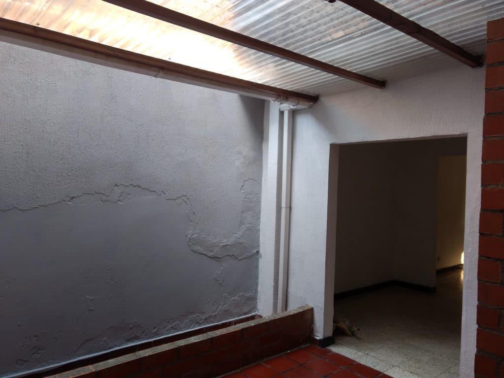 patio interno del apartamento techado